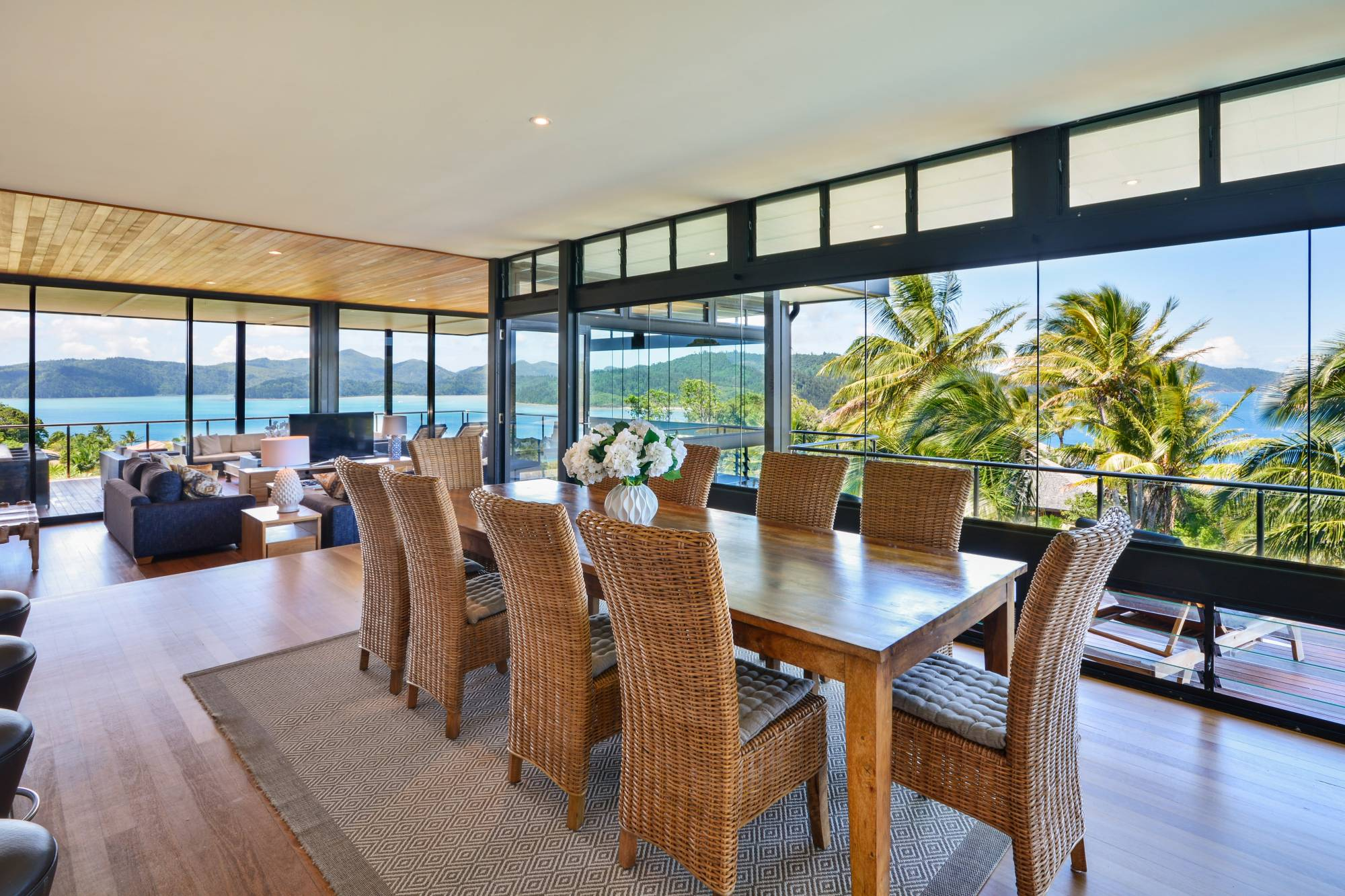 Glass house hamilton island luxury homes for Luxury house